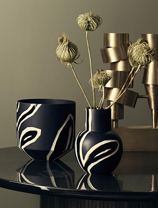 Fiora Vase & Blumentopf in Midnight Blue von Kähler Design - Design by Stine Goya